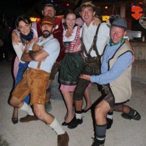 Groupe en costume au Biergarten Fête de la Bière