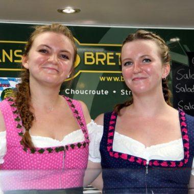 Deux soeurs en costume bavarois