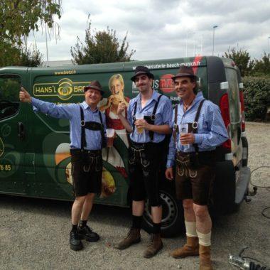 Trois hommes en costume bavarois Fête de la Bière au Biergarten