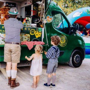Food Truck et clients en costume bavarois au Biergarten