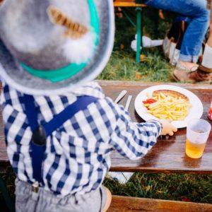 Assiette Frites avec enfant au Biergarten