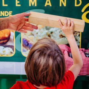 Enfant commande avec bois numéro table au Biergarten