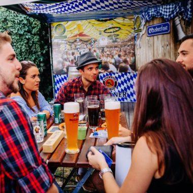 Toulousains en costume bavarois au BiergartenFête de la Bière