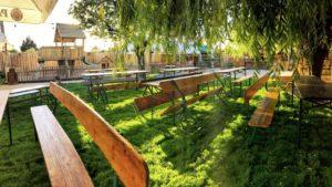 Tables en bois au Biergarten